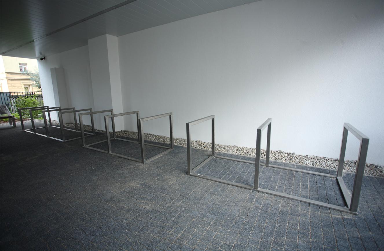 szeregowy stojak rowerowy ze stali nierdzewnej