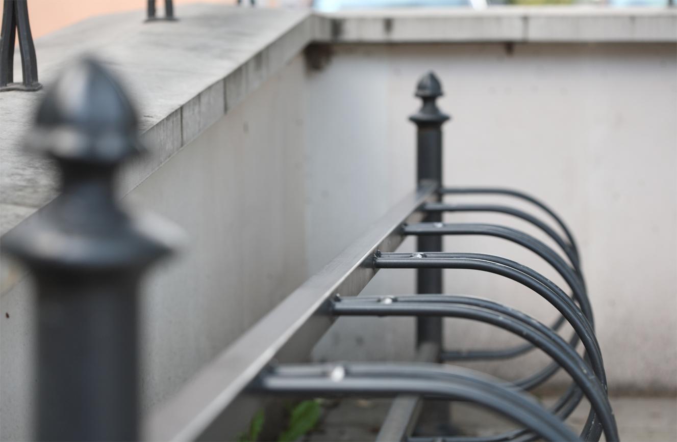 zeliwny stojak na rowery szeregowy